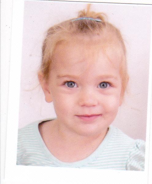 תמונת הדרכון הראשונה שלה